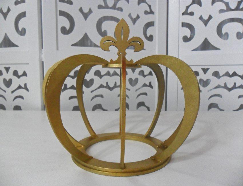 Locação de Coroa Dourada Grande de Mesa em Provençal