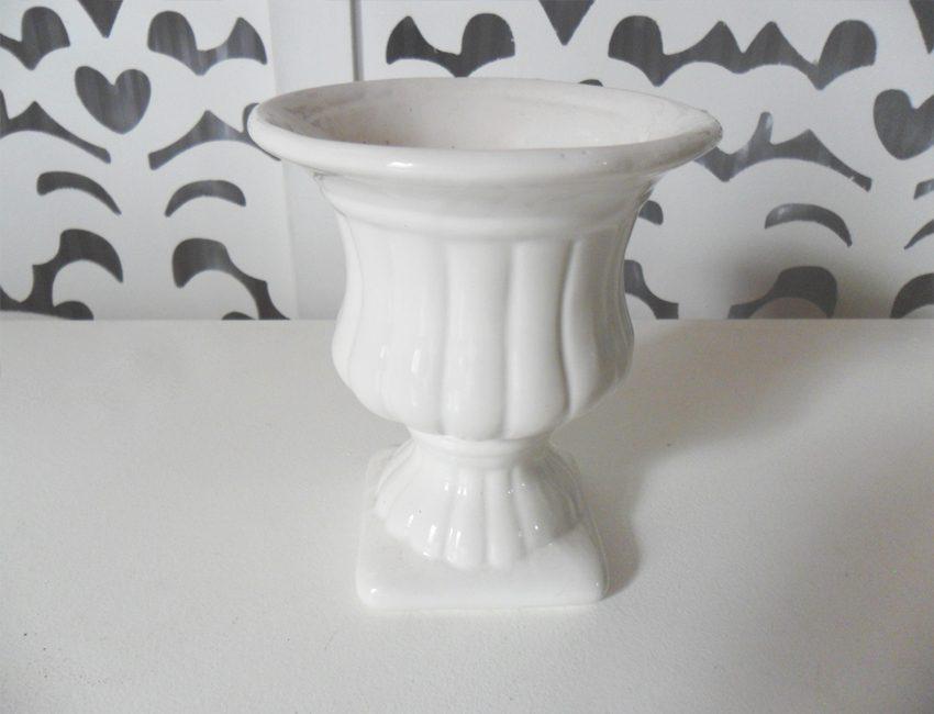 Locação de Vaso Romano Taça Raiada Pequena de Porcelana