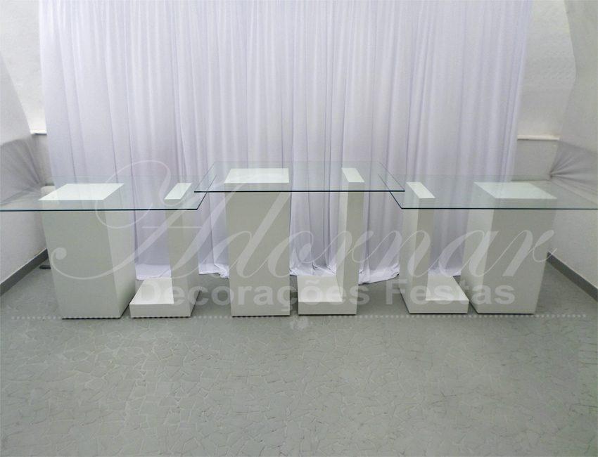 Aluguel de Mesas de Vidro Trio de Mesas Colunas L e Cubos Brancos 1