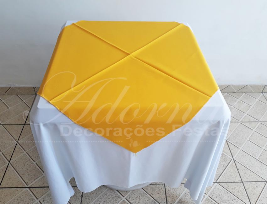 Locação de Toalha Branca Com Cobre Mancha Amarelo Para Mesa Quadrada