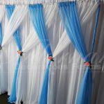 aluguel de painel de cortinas azul e branco para festas e eventos