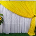 aluguel de painel de cortinas amarelo e branco com flores de girassois