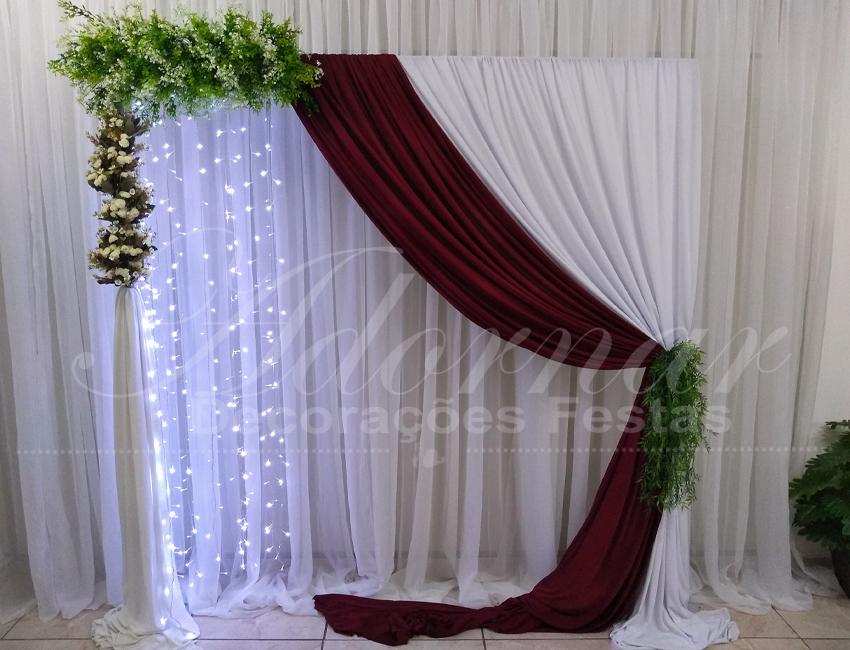aluguel de painel de cortinas marsala e branco com led e flores decoração