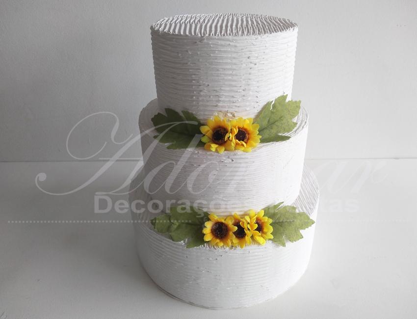 Locação de Bolo Cenográfico Branco Com Flores em Amarelo